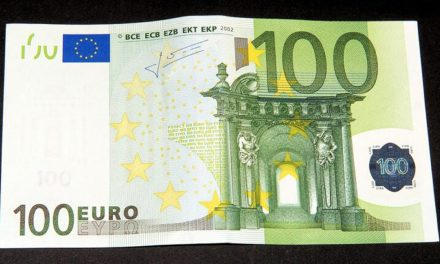 Вучић размишља да се сваком пунолетном грађанину да по 100 евра
