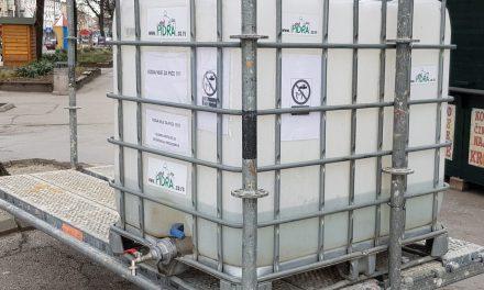 Цистерна са хлорисаном водом за дезинфекцију у центру Пожаревца