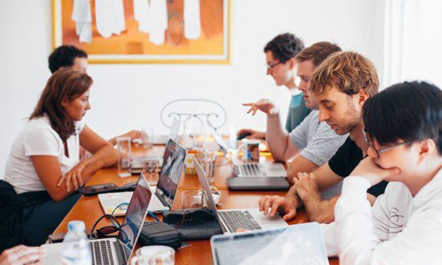 Najveće plate u aprilu imali zaposleni u IT sektoru, nešto više od 1.300 evra